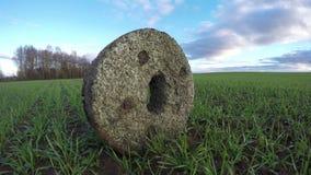 Αρχαίο millstone στον τομέα σίτου, χρονικό σφάλμα 4K απόθεμα βίντεο