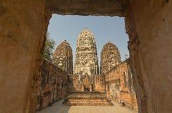 Αρχαίο stupa στο Si Sawai, ιστορικό πάρκο Sukhothai, Ταϊλάνδη Wat Στοκ Φωτογραφία