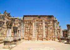 Αρχαιολογικές καταστροφές της πόλης Capernaum και της αρχαίας συναγωγής της βυζαντινής εποχής με τις στήλες και τούβλα του βασάλτ Στοκ Εικόνες