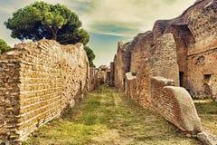 Αρχαιολογική ρωμαϊκή άποψη οδών αυτοκρατοριών σε Ostia Antica - τη Ρώμη Στοκ φωτογραφία με δικαίωμα ελεύθερης χρήσης