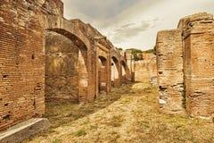 Αρχαιολογική ρωμαϊκή άποψη οδών αυτοκρατοριών σε Ostia Antica - τη Ρώμη Στοκ Εικόνα