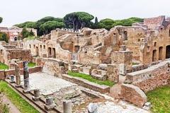 Αρχαιολογικό ρωμαϊκό τοπίο περιοχών σε Ostia Antica - τη Ρώμη - τη Ita Στοκ Φωτογραφίες
