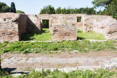 Αρχαιολογικό ρωμαϊκό τοπίο περιοχών σε Ostia Antica - τη Ρώμη Στοκ Εικόνα