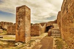 Αρχαιολογικό ρωμαϊκό τοπίο σε Ostia Antica - τη Ρώμη Στοκ εικόνα με δικαίωμα ελεύθερης χρήσης