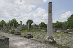 Αρχαιολογικό σύνθετο Abritus με το φωτισμό των ηλιακών οδηγήσεων στοκ εικόνα