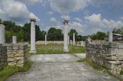 Αρχαιολογικό σύνθετο Abritus με το φωτισμό των ηλιακών οδηγήσεων στοκ φωτογραφία
