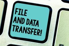 Αρχείο και μεταφορά δεδομένων γραψίματος κειμένων γραφής Έννοια που σημαίνει μεταφέροντας τις πληροφορίες on-line από το Διαδίκτυ στοκ φωτογραφίες με δικαίωμα ελεύθερης χρήσης