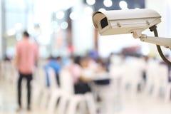 Αρχείο καμερών CCTV στο υπόβαθρο θαμπάδων των ανθρώπων στις αγορές Στοκ Εικόνα
