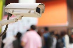 Αρχείο καμερών CCTV στο υπόβαθρο θαμπάδων των ανθρώπων στις αγορές Στοκ Φωτογραφίες