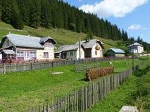 Αρχείο των χαρακτηριστικών σπιτιών των βουνών του bucovine στη Ρουμανία στοκ εικόνα