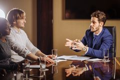 Αρχηγός ομάδας που μιλά με τους συναδέλφους στο σύγχρονο γραφείο Στοκ φωτογραφία με δικαίωμα ελεύθερης χρήσης