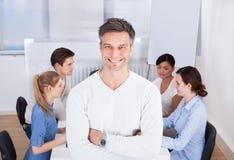 Αρχηγός ομάδας που στέκεται στον εργασιακό χώρο Στοκ Εικόνες