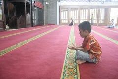 Αρχικά αγόρι Ιάβα που προσεύχεται στο μουσουλμανικό τέμενος στοκ εικόνες με δικαίωμα ελεύθερης χρήσης