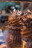 Αρχικά διακοσμημένος cupcakes με την κρέμα Στοκ φωτογραφία με δικαίωμα ελεύθερης χρήσης