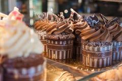 Αρχικά διακοσμημένος cupcakes με την κρέμα Στοκ φωτογραφίες με δικαίωμα ελεύθερης χρήσης