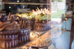 Αρχικά διακοσμημένος cupcakes με την κρέμα Στοκ Εικόνες