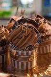 Αρχικά διακοσμημένος cupcakes με την κρέμα Στοκ εικόνες με δικαίωμα ελεύθερης χρήσης