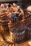 Αρχικά διακοσμημένος cupcakes με την κρέμα Στοκ Φωτογραφία