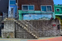 Αρχικά και ζωηρόχρωμα κτήρια σε Pusan, Νότια Κορέα Στοκ εικόνα με δικαίωμα ελεύθερης χρήσης