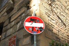 Αρχικά οδικά σημάδια στη Φλωρεντία, Ιταλία Κοινωνική τέχνη του καλλιτέχνη Clet Abraham στοκ φωτογραφίες με δικαίωμα ελεύθερης χρήσης