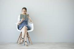 αρχικές νεολαίες ανάγνωσης κοριτσιών εστίασης προσώπου βιβλίων Στοκ φωτογραφία με δικαίωμα ελεύθερης χρήσης