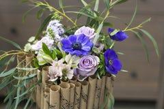 Αρχική ανθοδέσμη των λουλουδιών με τα μπλε anemones Στοκ Εικόνα