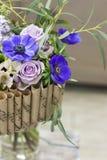Αρχική ανθοδέσμη των λουλουδιών με τα μπλε anemones Στοκ φωτογραφία με δικαίωμα ελεύθερης χρήσης