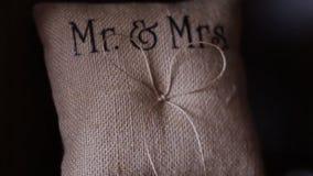 Αρχική γαμήλια floral διακόσμηση υπό μορφή μίνι-βάζων και ανθοδεσμών των λουλουδιών που κρεμούν από το ανώτατο όριο απόθεμα βίντεο