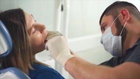 Αρχική εξέταση ενός ασθενή γυναικών στους οδοντιάτρους φιλμ μικρού μήκους