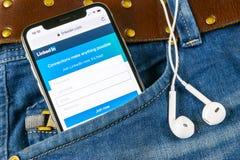 Αρχική σελίδα Linkedin στο iPhone Χ της Apple κινηματογράφηση σε πρώτο πλάνο οθόνης στην τσέπη τζιν App Linkedin εικονίδιο Linked Στοκ εικόνες με δικαίωμα ελεύθερης χρήσης