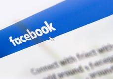 Αρχική σελίδα λογότυπων Facebook σε μια οθόνη οργάνων ελέγχου Στοκ εικόνα με δικαίωμα ελεύθερης χρήσης
