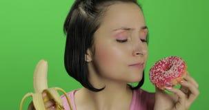 Αρχική υγιής κατανάλωση Πέστε το αριθ. στο άχρηστο φαγητό Doughnut ή μπανάνα επιλογής που τρώει απόθεμα βίντεο