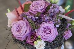 Αρχικός μια δέσμη των λουλουδιών από Anthurium, hellebores, τριαντάφυλλα, γαρίφαλα Στοκ Φωτογραφία