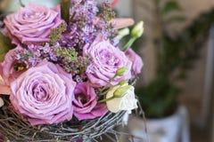 Αρχικός μια δέσμη των λουλουδιών από Anthurium, hellebores, τριαντάφυλλα, γαρίφαλα Στοκ Εικόνες