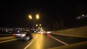 Αρχικός τη μηχανή, γυρίζοντας επικεφαλής τα φω'τα επάνω, ενώνοντας την κυκλοφορία και εξαφανιμένος στην κυκλοφορία στόχων τη νύχτ απόθεμα βίντεο