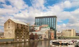 Αρχικό και ανανεωμένο Δουβλίνο Docklands ή αποβάθρες πυριτίου κατόπιν στοκ εικόνες