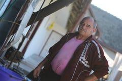 Αρχιμάγειρας για την κατασκευή του κονιάκ με έναν μετρητή Στοκ Φωτογραφίες