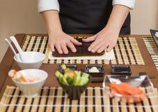 Αρχιμάγειρας γυναικών έτοιμος να προετοιμάσει τους ιαπωνικούς ρόλους σουσιών Στοκ φωτογραφίες με δικαίωμα ελεύθερης χρήσης