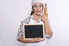 Αρχιμάγειρας γυναικών με τον πίνακα κιμωλίας Στοκ φωτογραφίες με δικαίωμα ελεύθερης χρήσης