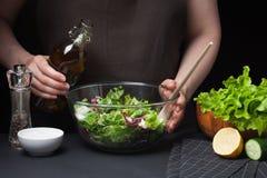 Αρχιμάγειρας γυναικών στην κουζίνα που προετοιμάζει τη φυτική σαλάτα κατανάλωση υγιής σιτηρέσιο έννοιας Ένας υγιής τρόπος της ζωή Στοκ φωτογραφία με δικαίωμα ελεύθερης χρήσης