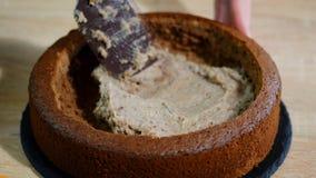 Αρχιμάγειρας ζύμης που κατασκευάζει το κέικ στην κουζίνα απόθεμα βίντεο