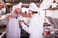 Αρχιμάγειρας και ο αρωγός του στην κουζίνα bistro Στοκ φωτογραφίες με δικαίωμα ελεύθερης χρήσης