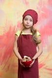 Αρχιμάγειρας κοριτσιών ή μάγειρας παιδιών στο καπέλο με τα τρόφιμα μπισκότων Στοκ Εικόνα