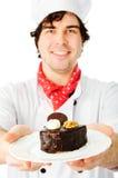 Αρχιμάγειρας με το κέικ σε ένα πιάτο στοκ φωτογραφία με δικαίωμα ελεύθερης χρήσης