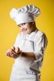 Αρχιμάγειρας μικρών παιδιών σε ομοιόμορφο Στοκ φωτογραφία με δικαίωμα ελεύθερης χρήσης