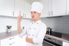 Αρχιμάγειρας νεαρών άνδρων με τη μεγάλη ιδέα στη σύγχρονη κουζίνα Στοκ φωτογραφίες με δικαίωμα ελεύθερης χρήσης