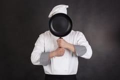 Αρχιμάγειρας πίσω από το τηγάνι Στοκ φωτογραφία με δικαίωμα ελεύθερης χρήσης