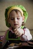 Αρχιμάγειρας παιδιών που προετοιμάζει και που τρώει το επιδόρπιο Στοκ εικόνες με δικαίωμα ελεύθερης χρήσης