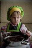Αρχιμάγειρας παιδιών που προετοιμάζεται και που τρώει Στοκ φωτογραφίες με δικαίωμα ελεύθερης χρήσης