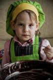 Αρχιμάγειρας παιδιών που προετοιμάζεται και που τρώει Στοκ εικόνα με δικαίωμα ελεύθερης χρήσης